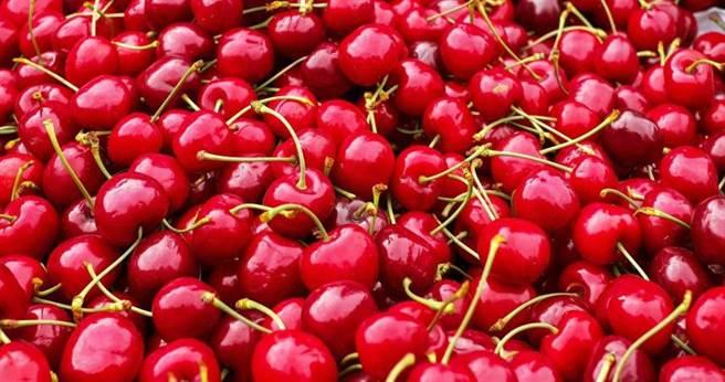 一名婦人因為食用過量的櫻桃,結果導致自身鐵中毒。(示意圖/pixabay)