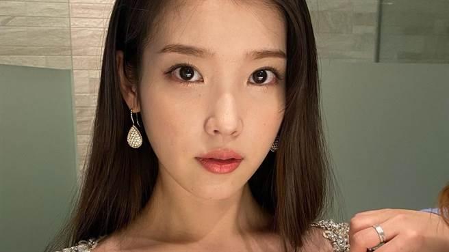 IU公開新歌MV預告,絕美造型電暈網。(圖/IG@dlwlrma )