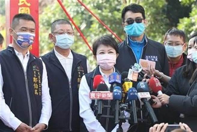 盧秀燕(左3)怒斥「惡行重大,一定重罰!」台中市政府衛生局除已將男子強制送至集中檢疫所。(台中市政府提供/張妍溱台中傳真)