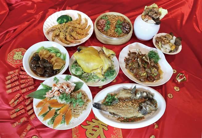 新竹SOGO今年有8間餐廳推出圍爐宴,除了民眾最愛的火鍋外,還有日式、韓式、泰式等菜系。經典粵菜餐廳「三合院」推出外帶年菜。(SOGO提供/陳育賢新竹傳真)