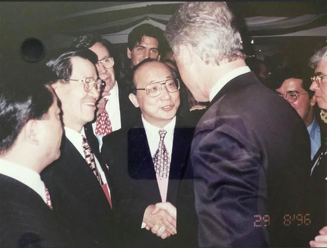 前駐美代表胡志強臉書貼文,他當年向柯林頓總統介紹時任立委的蕭萬長。(摘自胡志臉書)