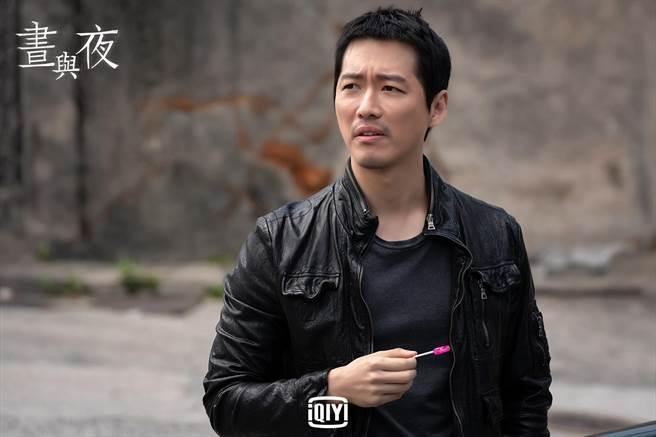 南宮珉在劇中總是含著棒棒糖辦案。(愛奇藝國際站提供)