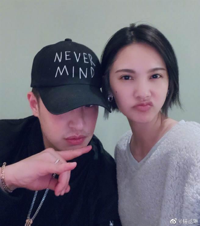 楊丞琳稍早PO和潘瑋柏合影,被網友敲碗想看夫妻合照。(圖/翻攝自微博)