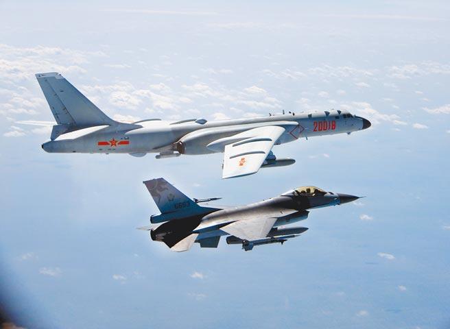 美國總統拜登甫上台,中美雙方就在台灣西南海空域你來我往。圖為為空軍F-16戰機監控共軍轟六照片。(國防部提供)