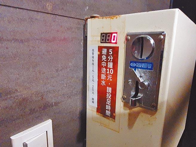 網咖業者會提供盥洗設備且收費便宜。(葉書宏攝)