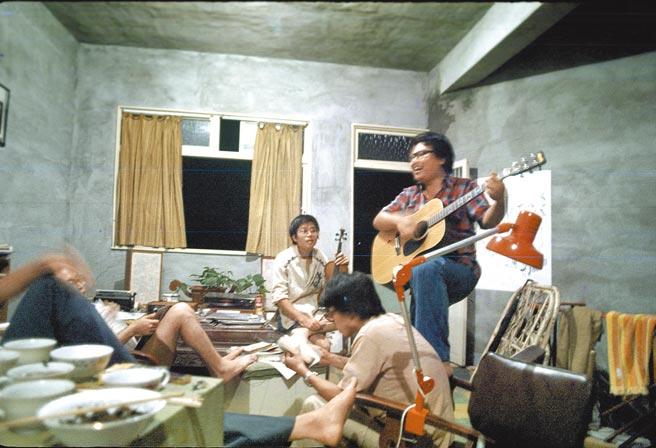 李雙澤(抱吉他者)與林洲民等人於淡江大學就讀時期,同住一間屋子整日談笑說唱,因他們都不愛打理環境,自稱動物,將住處稱為淡江動物園。(公視提供)