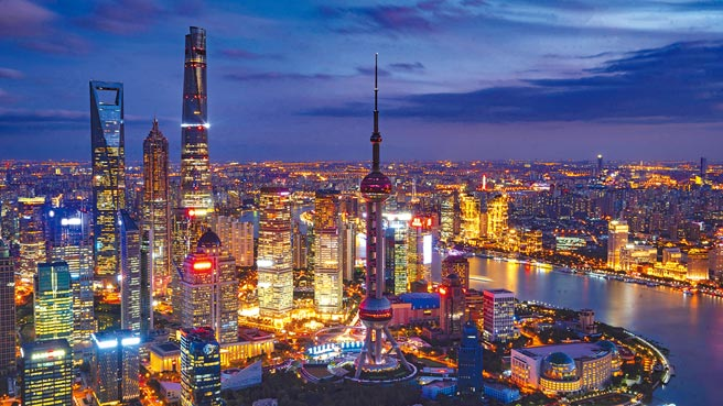 隨著各省市陸續召開人地方人民代表大會,各省市經濟藍圖也一一浮出檯面。上海首次揭櫫「五型經濟」,並以五個新城建設為發力點,改善市域空間格局。圖為上海陸家嘴夜景。(新華社)