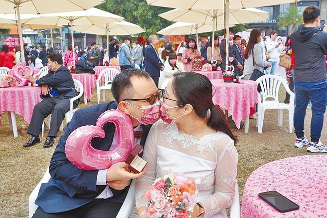 新人陳柏任及蔡欣諭一見鍾情閃婚,「罩」樣甜蜜親吻。(廖素慧攝)
