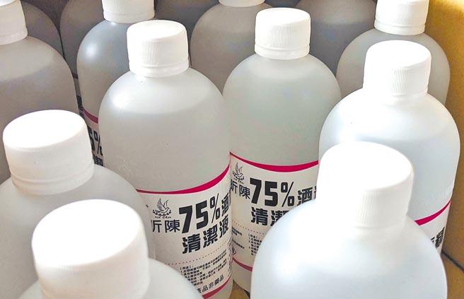 最近因國際航運貨櫃嚴重缺櫃,造成製作酒精的原料進入受阻,有化學製藥業者預估過年市售酒精售價將上漲。(潘建志攝)