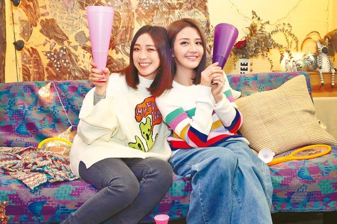 李宣榕(右)和梁舒涵在MV中打保齡球、手足球、沖咖啡、打遊戲機。(福茂唱片提供)