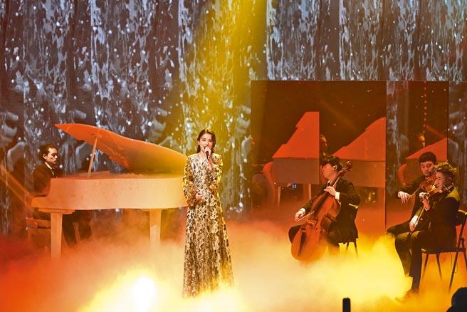 田馥甄身穿優雅長裙,在台上飆唱新歌。(騰訊提供)