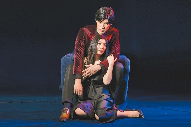 羅宏正(後)與黃嘉千拍攝舞台劇宣傳照,背後環抱姿勢曖昧唯美。(故事工廠提供)