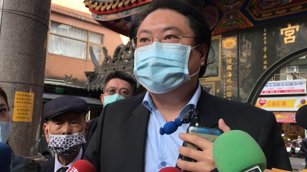 基隆市长林右昌26日说明,最新疫情状况。(陈彩玲摄)