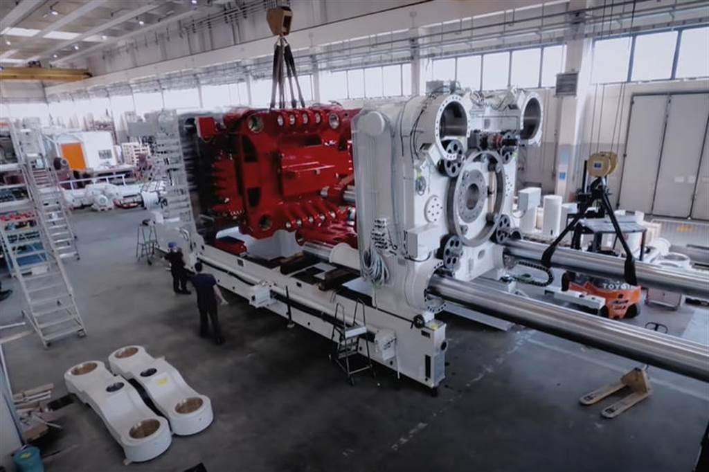 特斯拉展示生產 Model 3/Y 零件的自動沖壓機器,同時 GIGA Press 大型壓鑄機也被拍下
