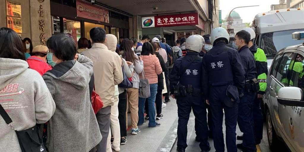 台灣產物保險日前推出保費僅500元的防疫保單,由於保費便宜造成民眾瘋搶。(中時資料照/黃惠聆攝)