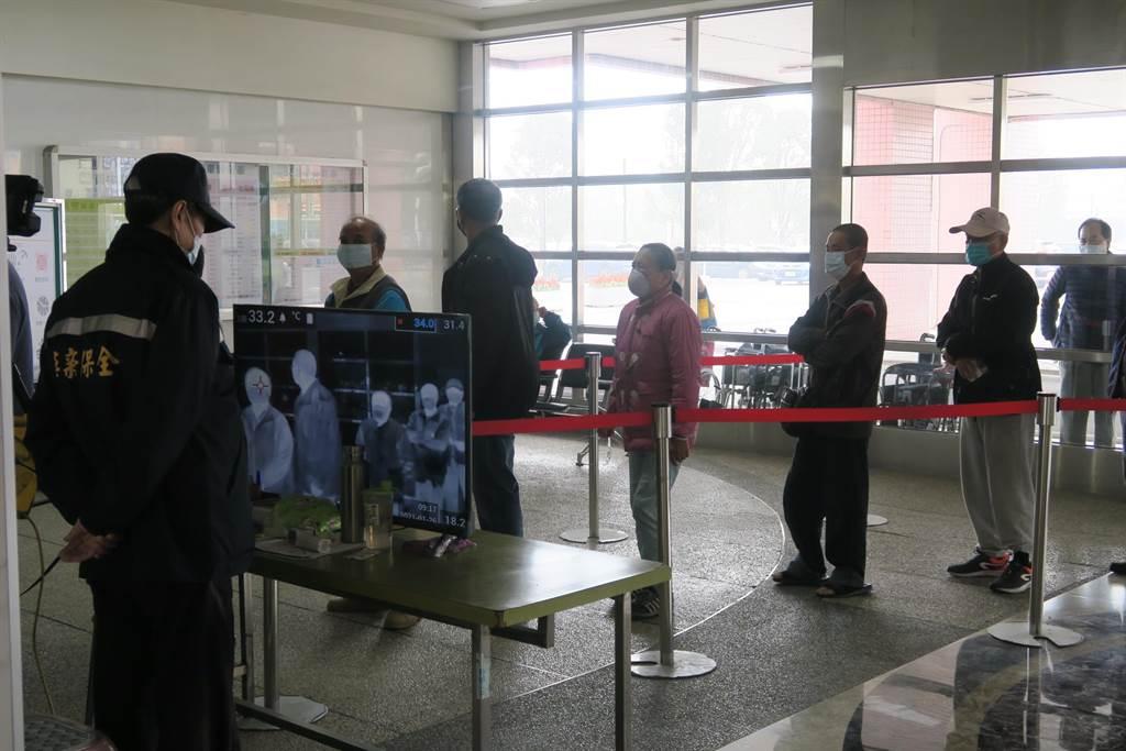 民眾必须先通过红外线体温监测,才能进入管制站。(彰化医院提供/吴建辉彰化传真)