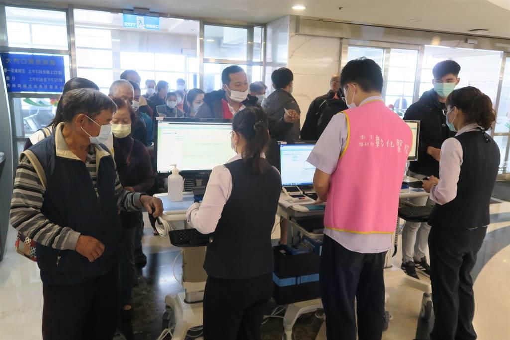 许多医院因管制措施,造成排队人龙。(彰化医院提供/吴建辉彰化传真)