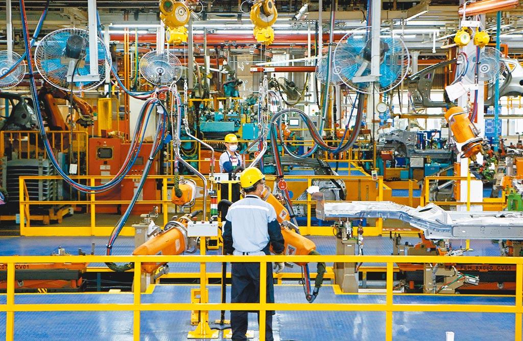 2020年全年工業生產指數及製造業生產指數,同步刷新歷史紀錄;圖為汽車廠生產線。(本報資料照片)