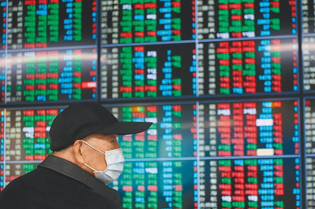 台北股市25日開低震盪走低,投資人密切關注盤勢,加權指數終場下跌72.49點,收在15946.54點。(中央社)