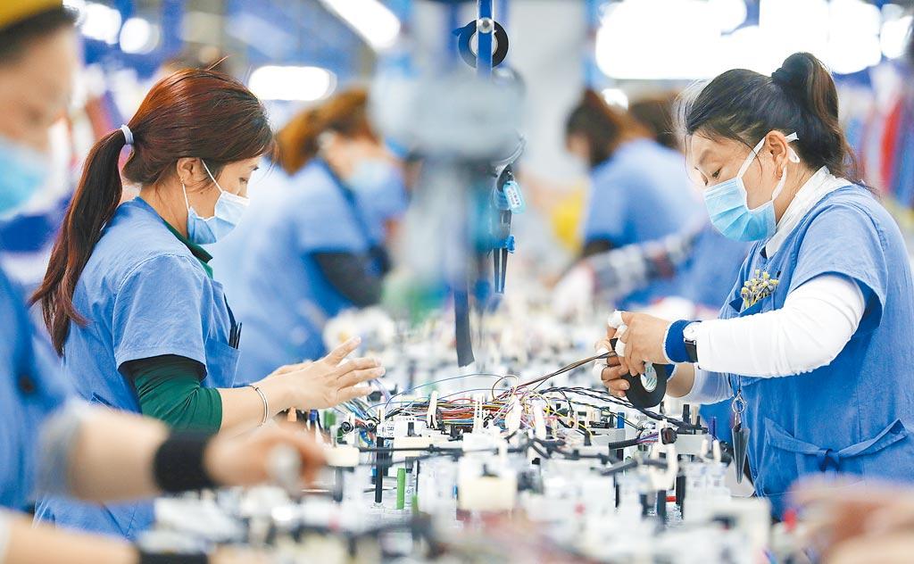 不受貿易戰影響,中國去年成為全球最大外資流入國。圖為遼寧鞍山外企工廠。(新華社)