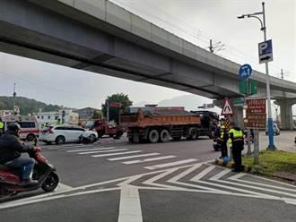 21岁淡水女骑士与车擦撞倒地 遭砂石车辗过爆头惨死
