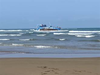 獨家》淡水漁船淺水灣擱淺 4人受困救援進行中