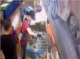 超噁騷擾片曝光 攤商鹹豬手狂擼女員工遭拒回嗆:妳鑲金嘛