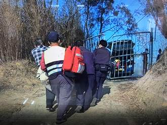 80歲老翁負氣離家躲廢棄宅失溫無意識 頭份警急鑽柵欄救援