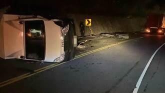 台東2貨車疾速對撞 1駕駛噴飛卡山壁命危