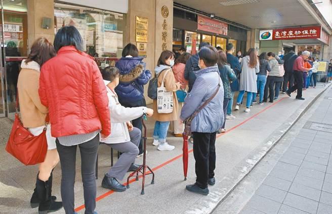 臺灣產物保險所推的防疫保單25日停售,臺灣產物總部門口出現爆炸性的投保人潮,民眾撐著拐杖也要來搶搭投保末班車。(陳君瑋攝)