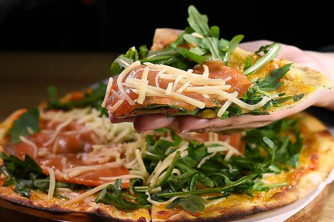 〈Pino Pizzeria〉二店的〈煙燻芝麻葉Pizza〉,滿滿芝麻葉是主廚謝宜榮岳母在雲林種植的。(圖/姚舜)