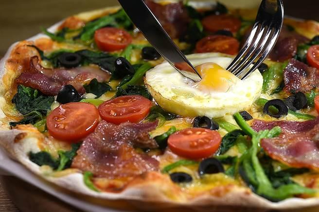 〈弗倫提納披薩〉的餡料有台灣煙燻培根、菠菜、小番茄、黑橄欖與雞蛋。(圖/姚舜)