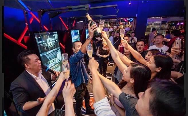 全台首創VR體感競技餐酒館,酒精微醺之際也要動起來(圖/BEEMEN蜂報提供)