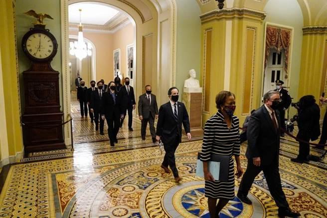 在9位民主黨眾議員隨同下,眾議院正式向參議員提交川普彈劾案,讓川普成為美國史上首位在任期內二度遭彈劾的美國總統。(美聯社)
