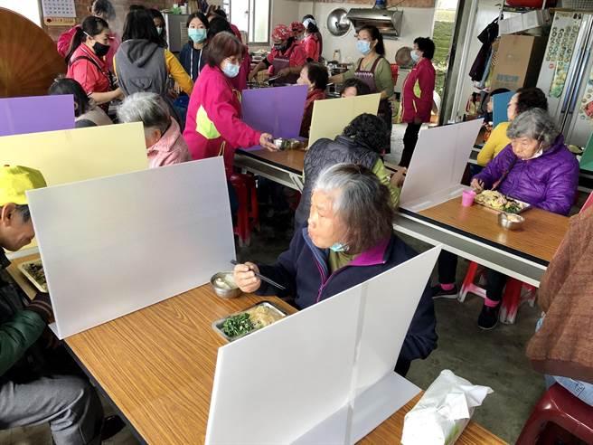 金山區兩湖里老人共餐增設隔板。(金山區公所提供)