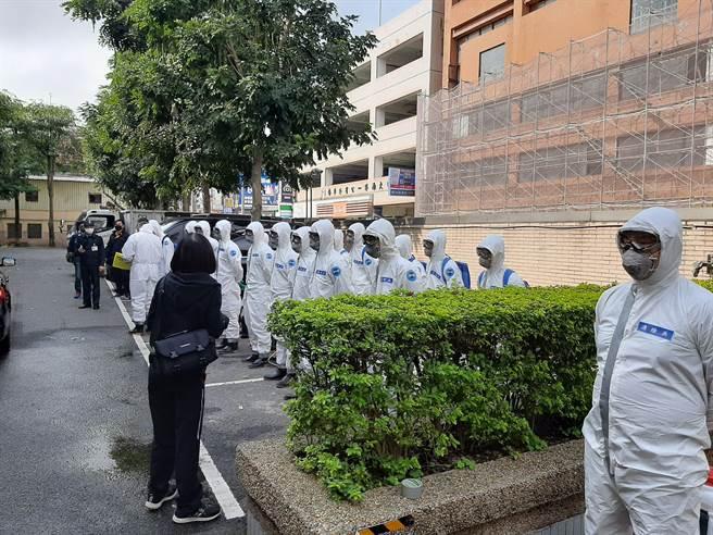 防疫消毒大隊與33化兵群今天下午三點要去八德消毒,現在集結。(圖/桃園環保局提供)