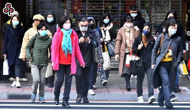 圖為街上戴口罩的人潮,圖中人物與本文無關。圖/本報系資料照