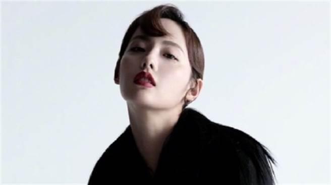 張嘉倪在時尚雜誌裡成功演繹暗黑時尚大片。(圖/微博@张嘉倪 )