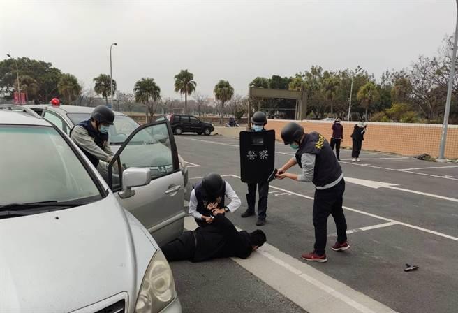 鹿港警方獲報立即出動圍捕,當街上演警匪追逐,最後以大批優勢警力將兩名搶匪制伏逮捕。(鹿港分局提供/謝瓊雲彰化傳真)