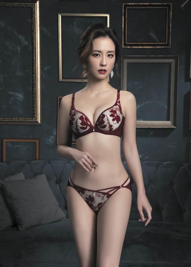 思薇爾璀璨系列芙絨情迷低胸檔剪接款(緋紅色) ,內衣3580元起。(思薇爾提供)