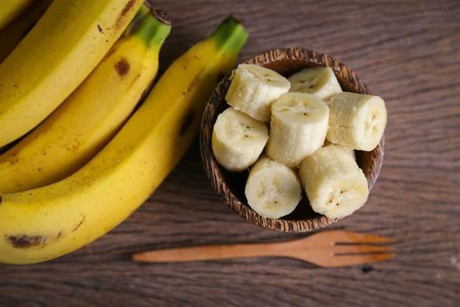 吃香蕉後喝水會拉肚子?食藥署澄清此傳言不實。(達志影像/shutterstock)