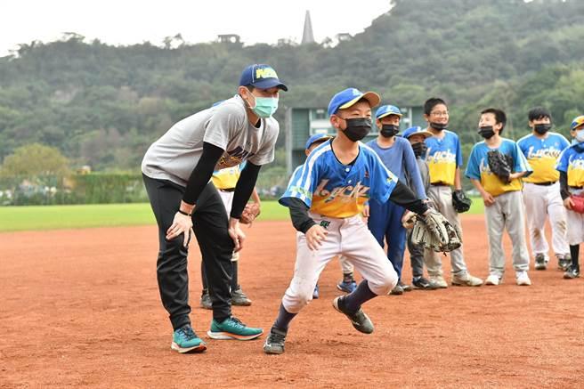 陳冠宇(左)親切指導小朋友。(寶悍運動平台提供/廖德修台北傳真)