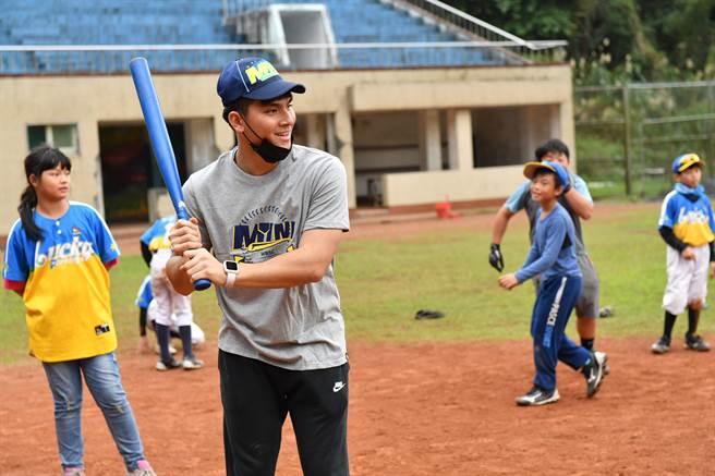 陳聖平(左)親切的指導「家扶Enjoy社區棒球隊」小朋友。(寶悍運動平台提供/廖德修台北傳真)