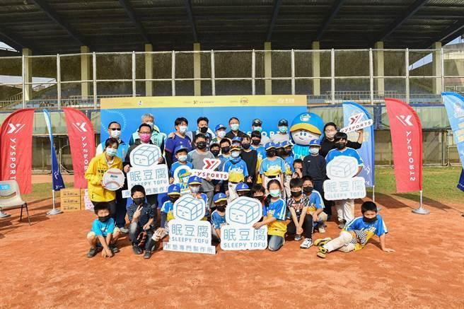 「YYsports公益棒球教室」前進基隆,指導指導「家扶Enjoy社區棒球隊」。(寶悍運動平台提供/廖德修台北傳真)
