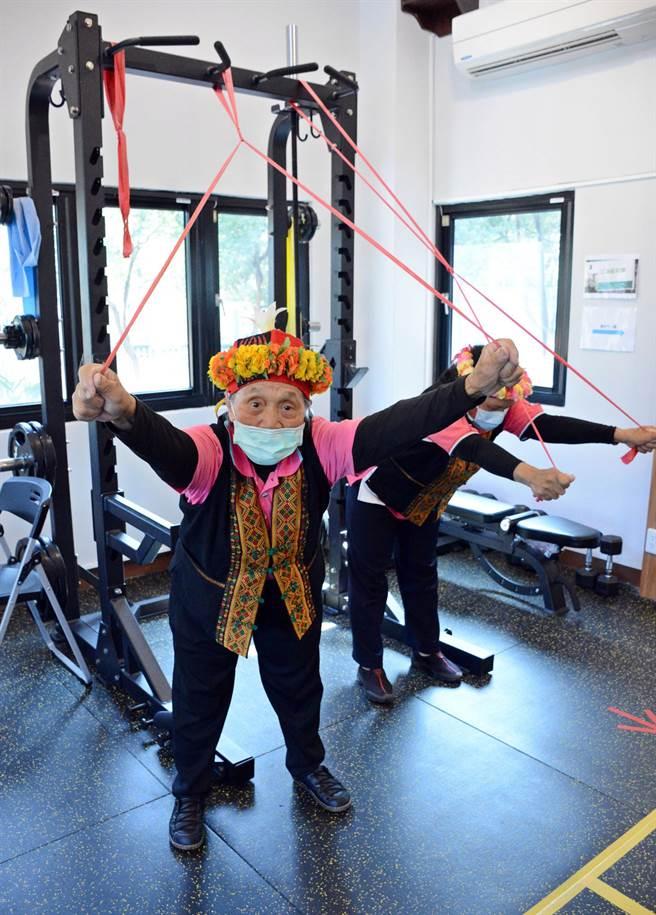 禮納里創設公共服務中心,內部設置健身器材,便於長輩平時使用。(林和生攝)