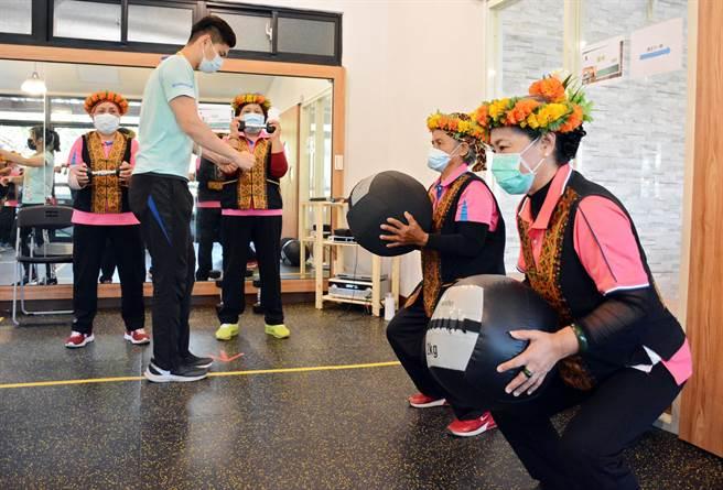 屏科大師生投入禮納里公共服務中心,為部落長輩量身打造健身課程。(林和生攝)
