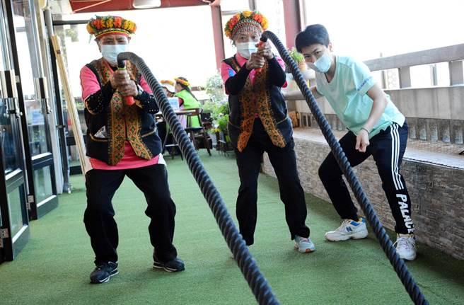 禮納里公共服務中心開設健身課程,由屏科大師生帶領長輩訓練肌耐力。(林和生攝)