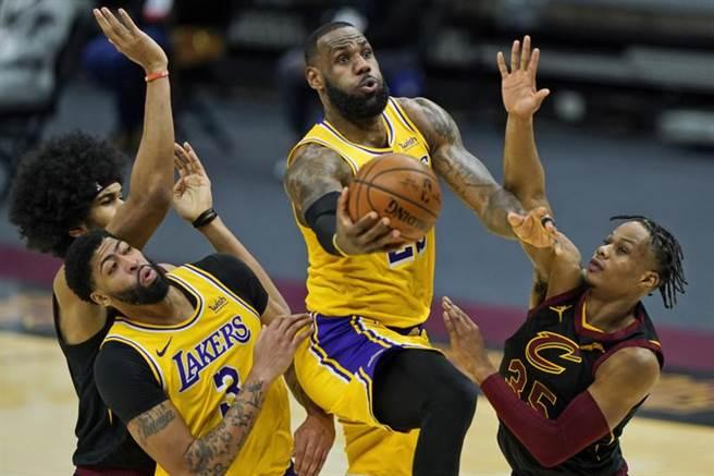 詹姆斯創下生涯17個賽季皆有單場得分超過40分以上的NBA紀錄。(美聯社)