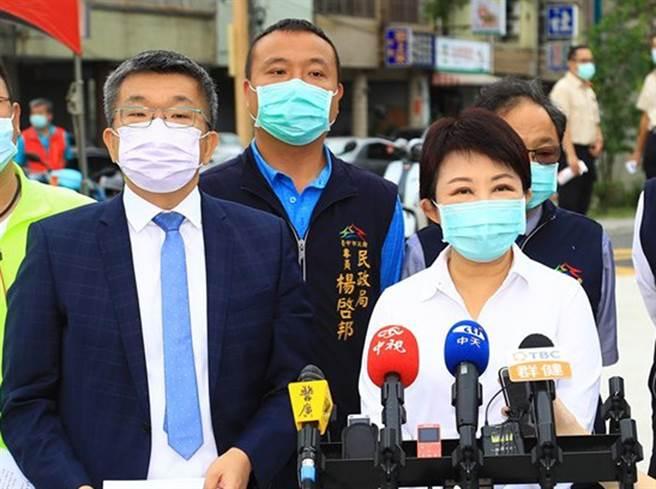 台中市長盧秀燕(右)與立法院副院長蔡其昌(左),兩人為2022市長爭霸戰,常於公開場合暗中較勁。(本報資料照片)