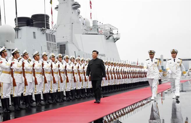 共軍海軍艦隊快速擴大,是美軍自二戰以來首度在太平洋遭遇到的海上威脅。圖為大陸國家主席習近平在青島海軍節上登上西寧艦檢閱。(圖/新華社)